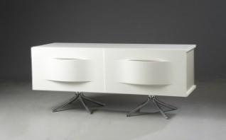 BoConcept. Spisebord af hvidlakeret træ, grå stålben