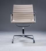 Charles Eames. Armstuhl aus der Serie 'Aluminium Group' Modell EA-108