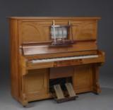 Kastner & Co Ltd. Rachals selvspillende klaver kastonome i kasse af lys mahogni.