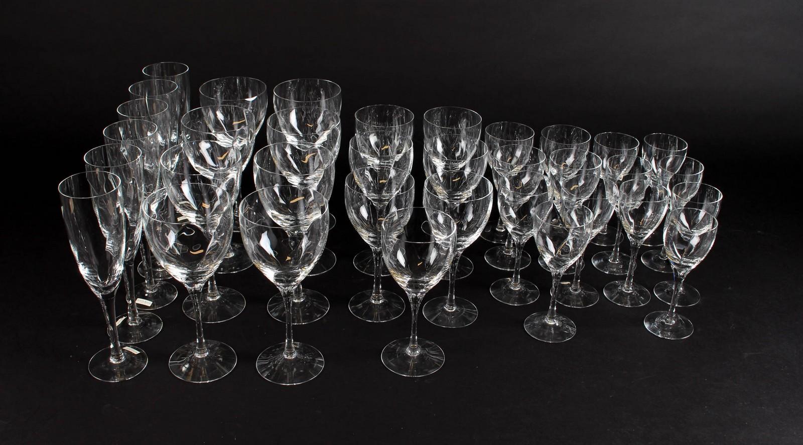 Kosta Boda. Glasbesætning, model Chateau - Kosta Boda. Glasbesætning, model Chateau bestående af: 6 rødvinsglas H. 20 cm, 8 hvidvinsglas H. 17,5 cm, 7 portvinsglas H. 16 cm, 7 sherryglas H. 16 cm. Fremstår med almindelig brugsspor