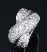 Diamond ring with crossed band, 18 kt. white gold, total approx. 3.00 ct
