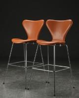 Arne Jacobsen. Par 'Syver' barstole i cognacfarvet læder, model 3197 (2)