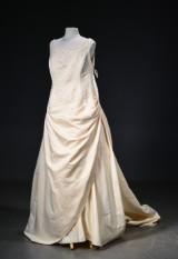 Brudekjole str.56. Snørreryg og dekoreret med palietter og perler