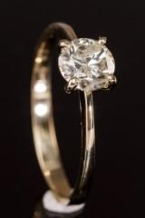Ring, 14 kt guld, med 0.88 ct brillant