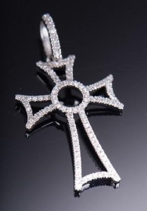 Vedhæng af 18 kt. Hvidguld med diamanter - Dk, Herlev, Dynamovej - Vedhæng af 18 kt. Hvidguld med enkeltsleben diamanter på tilsammen ca, 0.13 ct. Farve; Wesselton (H), Klarhed: SI-P2. Længde på vedhæng ca. 24 mm. Bredde ca. 15 mm. - Dk, Herlev, Dynamovej