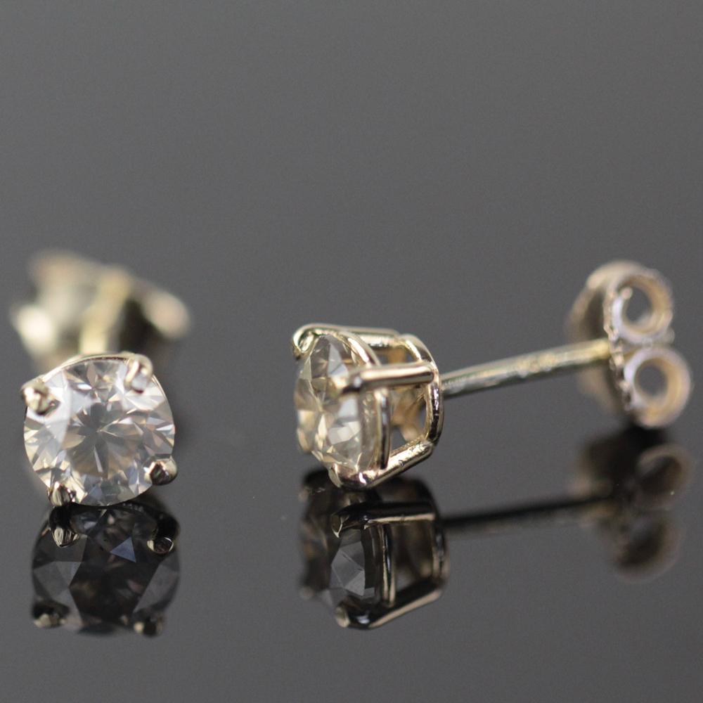 Brillant ørestikker af 14 kt. guld med brillanter i alt 1.40 ct - Brillant ørestikker af 14 kt. guld, prydet med brillant slebne diamanter på i alt ca. 1.40 ct. Farve: Light Yellow, Klarhed: P1