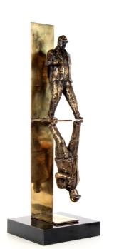 Sax O: 'Reflektion'. Skulptur af patineret messing, H. 76 cm
