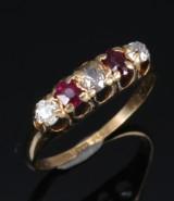 Rubin- og diamantring af 18 kt. guld, i alt ca. 0.40 ct. 1916