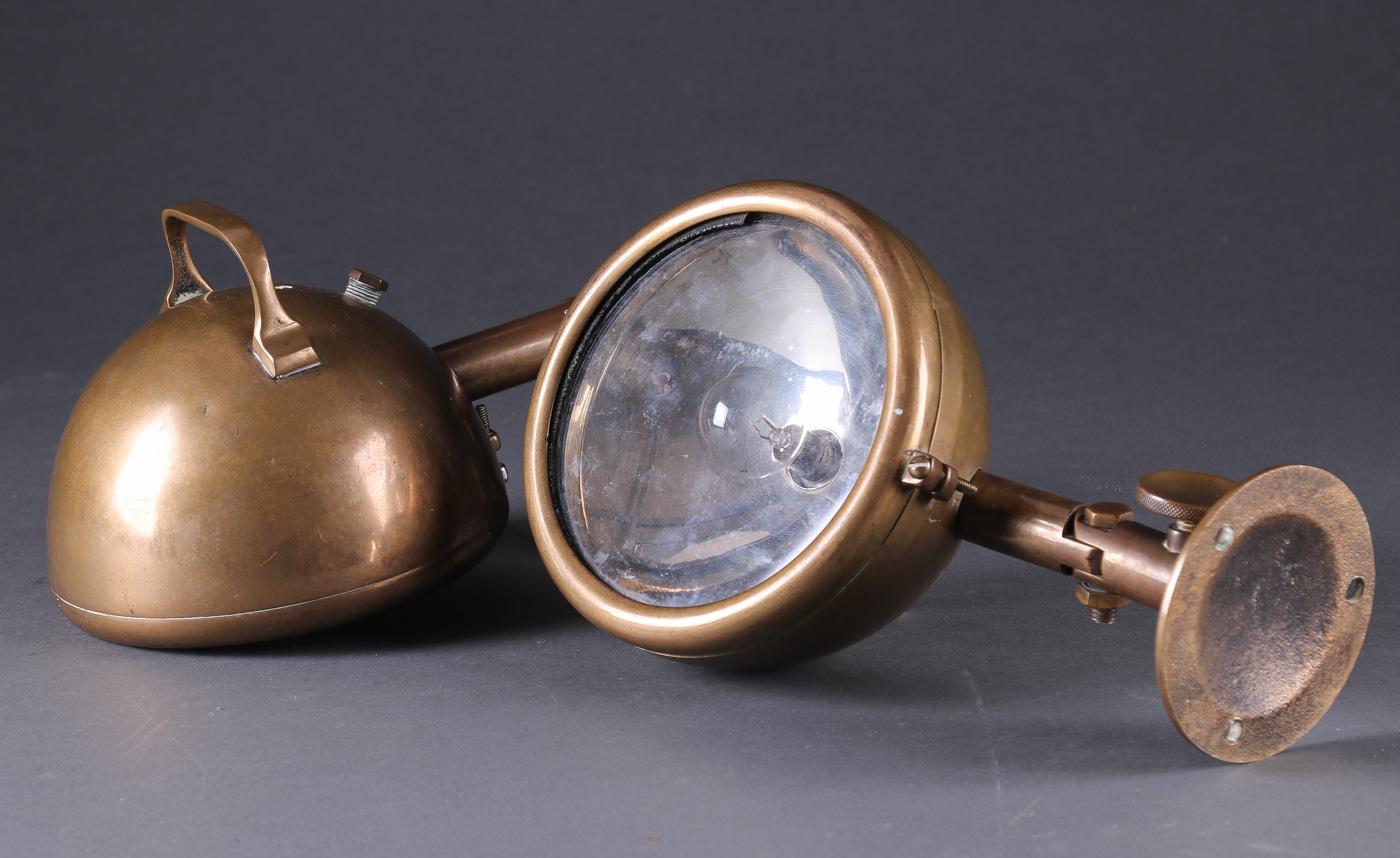Par projektører til motorbåd, bronze, 1950erne - Par projektører til motorbåd, fremstillet af bronze. Justerbare. 1950erne. L, 30 cm. Gummiring / o-ring fremstår porøs
