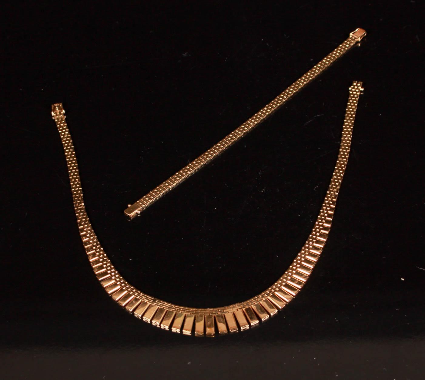 Halskæde og armbånd af 14 kt guld. samlet vægt 52 gram - Halskæde og armbånd af 14 kt guld i murstensmønster, frontstykke på halssmykke i doseret forløb. Længde 38 cm. og 19 cm.Vægt 52 gr. Fremstår med alm. let brugspræg