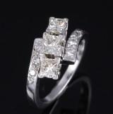 Crossover Diamant- und Brillantring aus Platin, zus. ca. 1.20 ct. London 1999