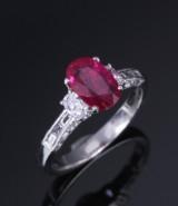 Rubin- og diamantring af platin. Rubin ca. 1.14 ct