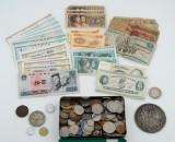 En samling mønter og sedler fra hele verden