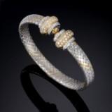 Oval italiensk brillantarmring af flettet satineret guld og hvidguld, i alt ca. 1.80 ct. G/VS