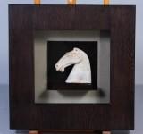 Tavla med inramad keramisk reproduktion av Han Dynasti hästfigur