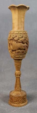 Indische Holzschnitzerei einer Vase mit Tierreliefs
