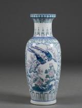 Høj kinesisk vase af porcelæn