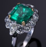 An English emerald and diamond ring, 18 kt. white gold. London 1996