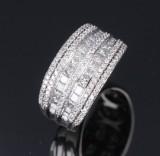 Brillant- og diamantring af 18 kt. hvidguld, i alt ca. 0.85 ct