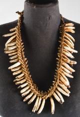 Asmat, Kasuarinakusten, Nya Guinea. Halsband med vildsvinständer