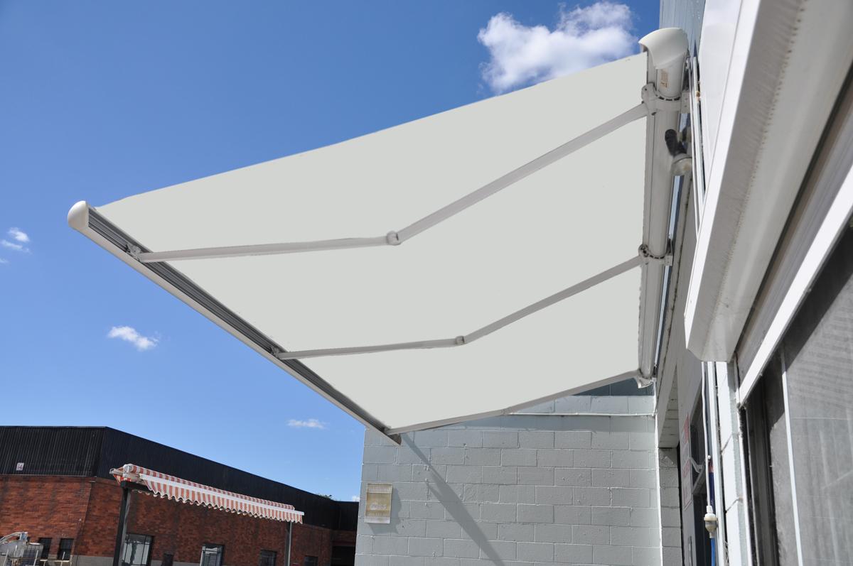 Markise, Ivory farvet - 4,0 m - Markise med vind/sol sensor, Ivory farvet polyesterdug i hellukket aluminiumskasse med motor samt tilhørende fjernbetjening med holder. 4,0 meter bred med 3,0 meter udfald. 2 stk. vægbeslag medfølger. Monteret med kraftig overfladebehandlet...