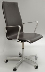 Arne Jacobsen. Oxford office chair with armrests, model 3273, leather