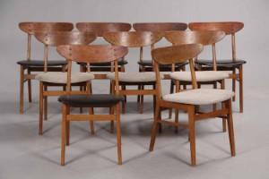 Farstrup Møbelfabrik. Sæt på ni stole af bøg og teak (9) - Dk, Herning, Engdahlsvej - Farstrup møbelfabrik. Sæt på ni stole med formbøjet kopstykke fineret med teaktræ, stel af bøgetræ, fem stole med sæder med sort kunst skind og fire stole med uld. 1960'erne. Fremstår med brugsspor, mærker, ridser på  - Dk, Herning, Engdahlsvej