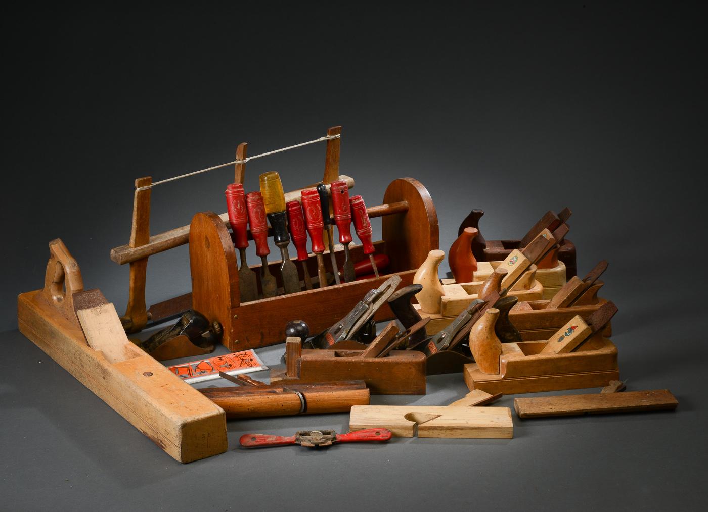 En samling værktøj bestående af høvle, stemmejern, sav og file - En samling værktøj bestående af 13 diverse høvle af jern og træ bla. JPBO og Stanley, samt 12 diverse stemmejern og file
