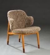 Ib Kofod-Larsen. Lænestol med stel af bøg, lammeskind