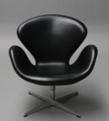 Arne Jacobsen. 'Svanen'. Lænestol original polstret i sort læder, model 3322. 'Brown label' år 2013