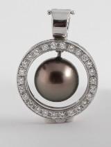 Pendant in 18k set with diamonds  & Tahiti pearl