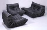 Michel Ducaroy. To-personers sofa med et par tilhørende hvilestole betrukket med sort, slidstærkt læder, Model Togo. (3)