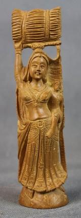 Indische Holzschnitzerei einer Trägerin mit Kind