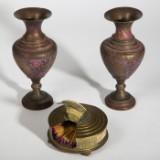 Konvolut Messingobjekte, zwei Vasen und eine Streichholzdose (3)