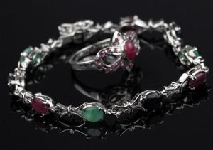 Rubin, smaragd og safir armbånd og ring.