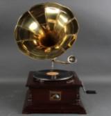 Tragtgrammofon. Grammofon med håndsving i retro-stil