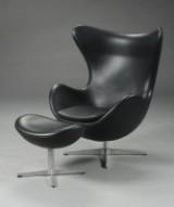 Arne Jacobsen. Ægget. Lænestol med skammel, originalt sort læder (2)