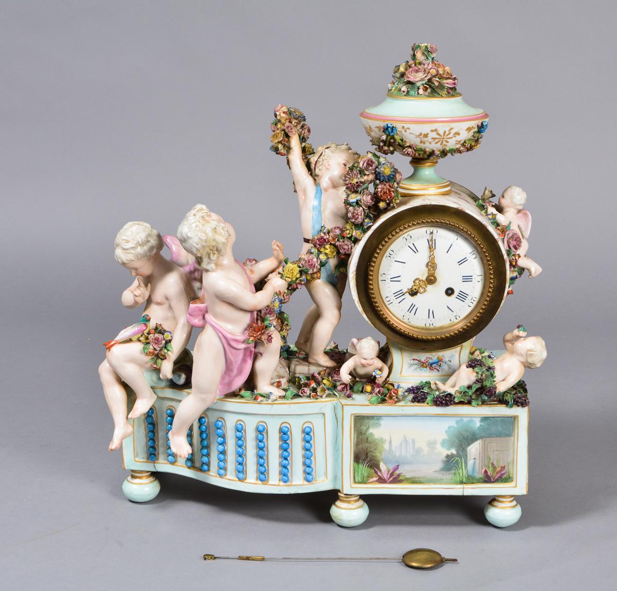 Bordur af porcelæn, antagelig tysk - Bordur af porcelæn, rigt dekoreret, hvid emaljeskive, ant. tysk. Der medfølger ingen optræksnøgle. Fremstår med brændingsfejl og med med afslag. Mål: B. 45 cm. H. 55 cm. D. 22 cm. Lauritz.com garanterer ikke for funktionaliteten