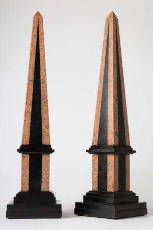 Obelisker, sten, sort/rød (2) - De, Köln, Kunst- Und Auktionshaus Herr - Et par obelisker, sten/granit, tofarvet: sort/rød, H. 67 cm, B. 16 cm, D. 16 cm. Fremstår med slitagespor, afslag. (2) - De, Köln, Kunst- Und Auktionshaus Herr