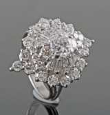 18kt. cocktail ring with brilliant & baguette diamonds total approx. 2.49ct