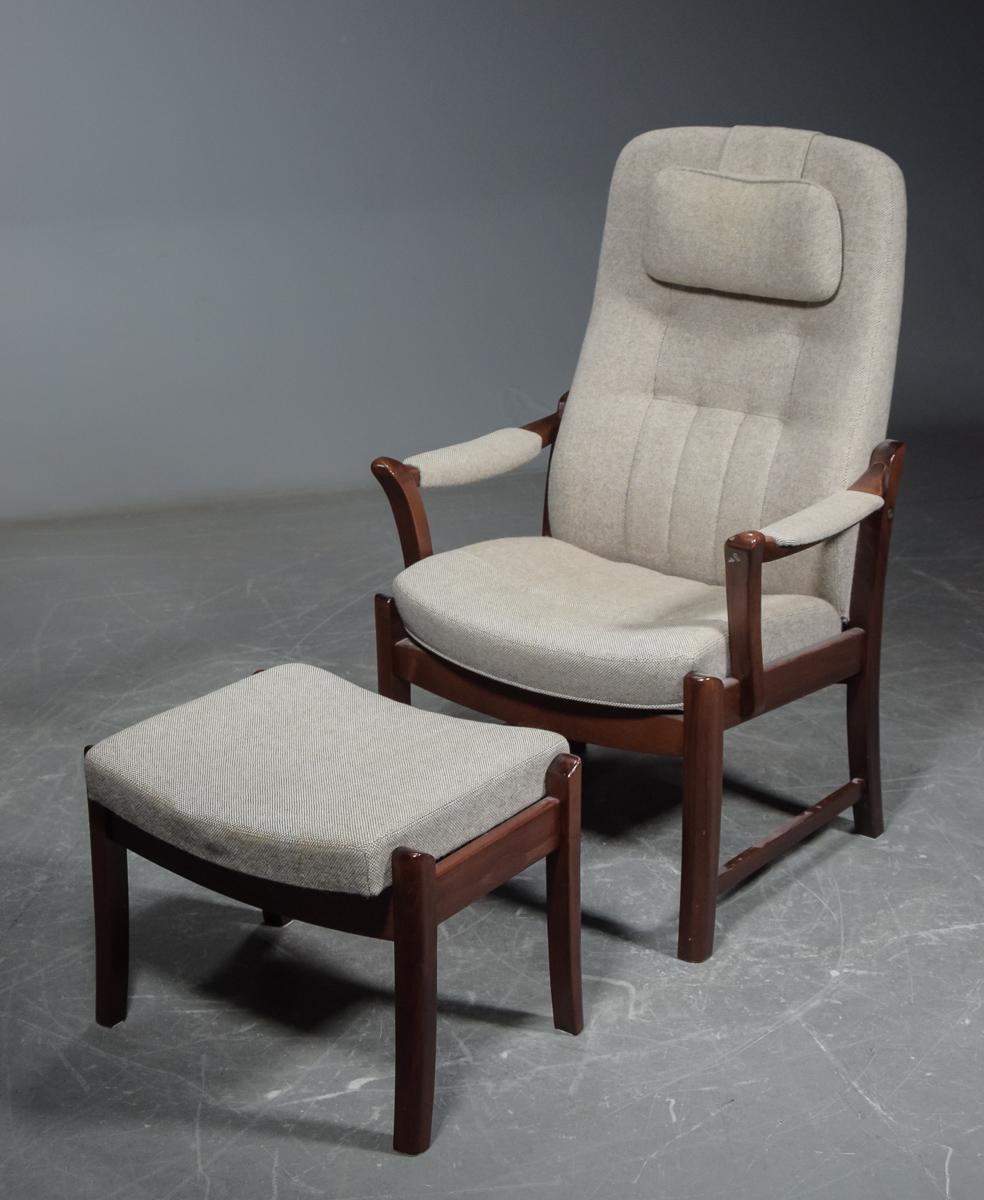 Farstrup møbler. Otiumstol med skammel (2) |