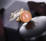 Ole Lynggaard. 'Lotus' Ring Nr. 3 aus 18 kt. satiniertem Gold mit Blush Mondstein