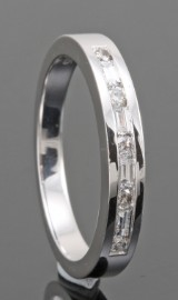 18kt brilliant and baguette-cut diamond wedding ring approx. 0.25ct