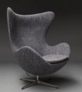 Arne Jacobsen. Lænestol 'Ægget', model 3316, betrukket med Raf Simons uld fra Kvadrat