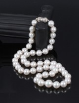 Graduated cultured pearl necklace with saltwater cultured pearls and diamond clasp