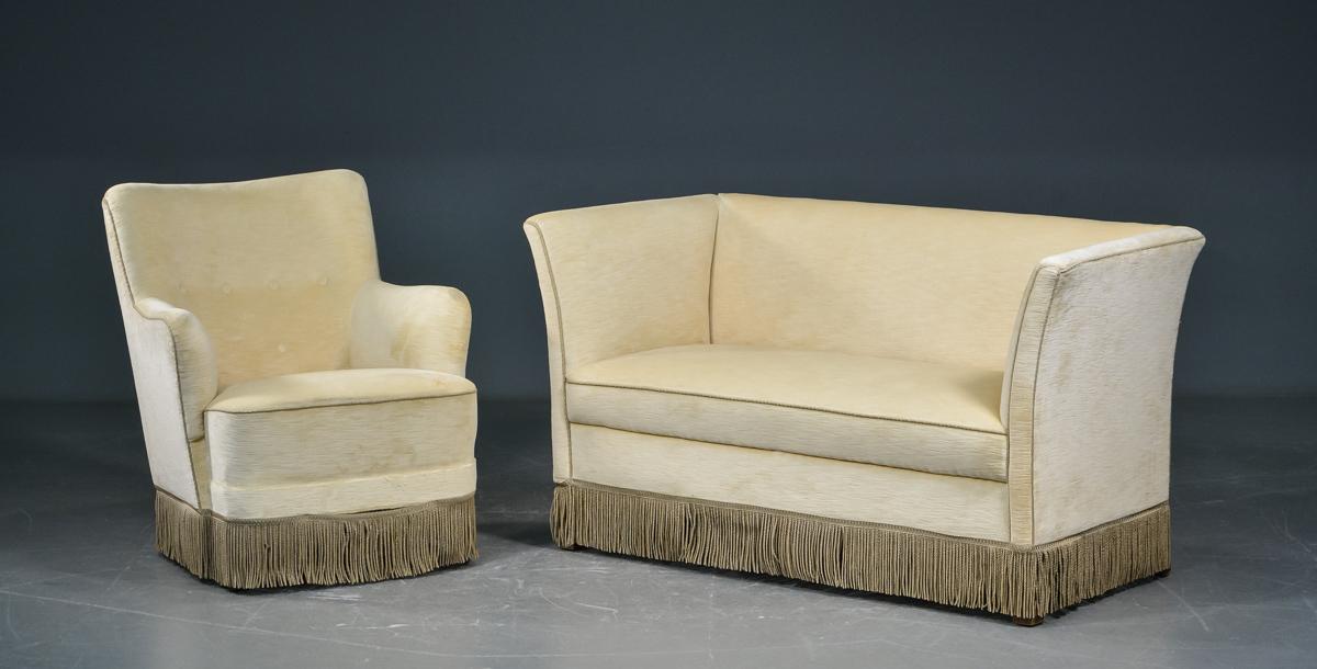 Sofa og lænestol med velour - Sofa og lænestol med kedesyet lyst velour, med frynser. Mål på sofa: L. 130 cm. D. 65 cm. Sædeh. 40 cm. Breedde på stol 67 cm. Fremstår med små brugsspor, at nævne smuds
