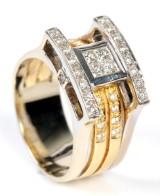 Peter Lam. Diamantring m/ brillanter samt centerplaceret princess cut diamanter. 18kt rød/ hvidguld, 1.12 ct.