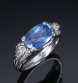 Rath. Sapphire and diamond ring with natural untreated sapphire, approx. 6.00 ct