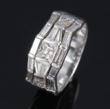 Modern diamond ring in 14 kt. white gold, total approx. 2.00 ct