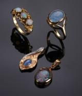 Samling opalsmykker - To ringe samt to vedhæng af 14 kt. guld (4)